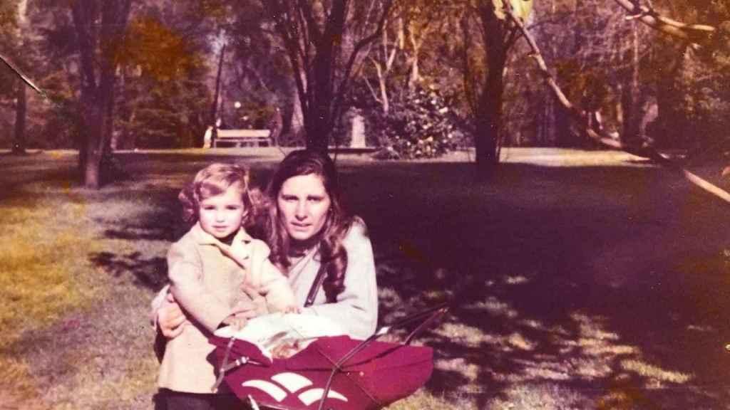 Mónica García y su madre,  Rosa María Gómez Rojo, en una foto antigua.