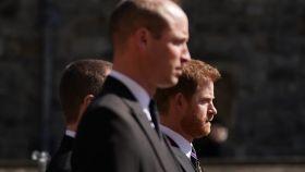 Los príncipes Guillermo y Harry tras el coche fúnebre de su abuelo, el duque de Edimburgo.