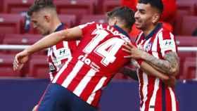 Marcos Llorente felicita a Ángel Correa por su gol