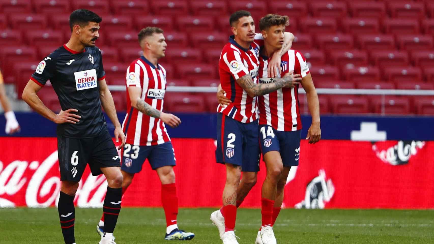 José María Giménez felicita a Marcos Llorente en uno de sus goles