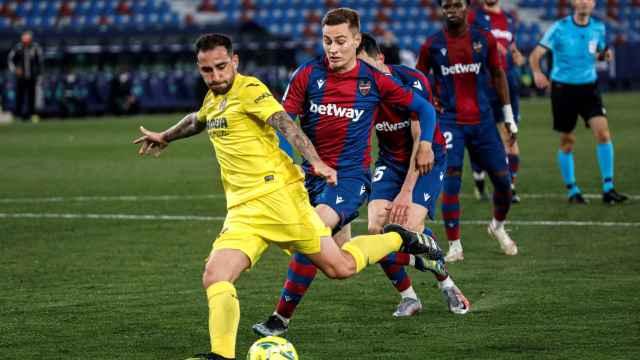 Paco Alcácer remata un balón ante el Levante
