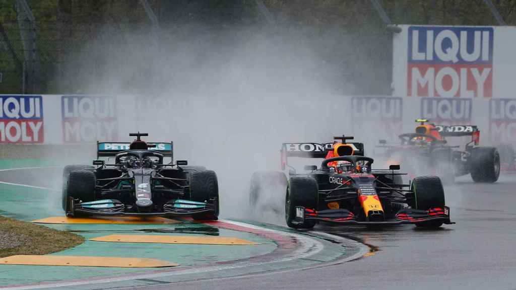 Verstappen adelanta a Lewis Hamilton en Imola entre la lluvia
