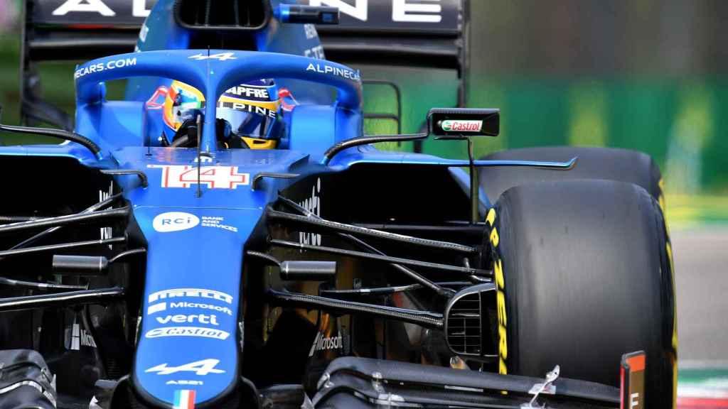 Fernando Alonso en una curva del circuito de Imola