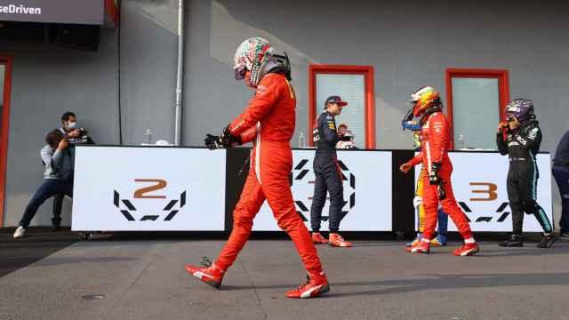 Carlos Sainz en el paddock de Imola