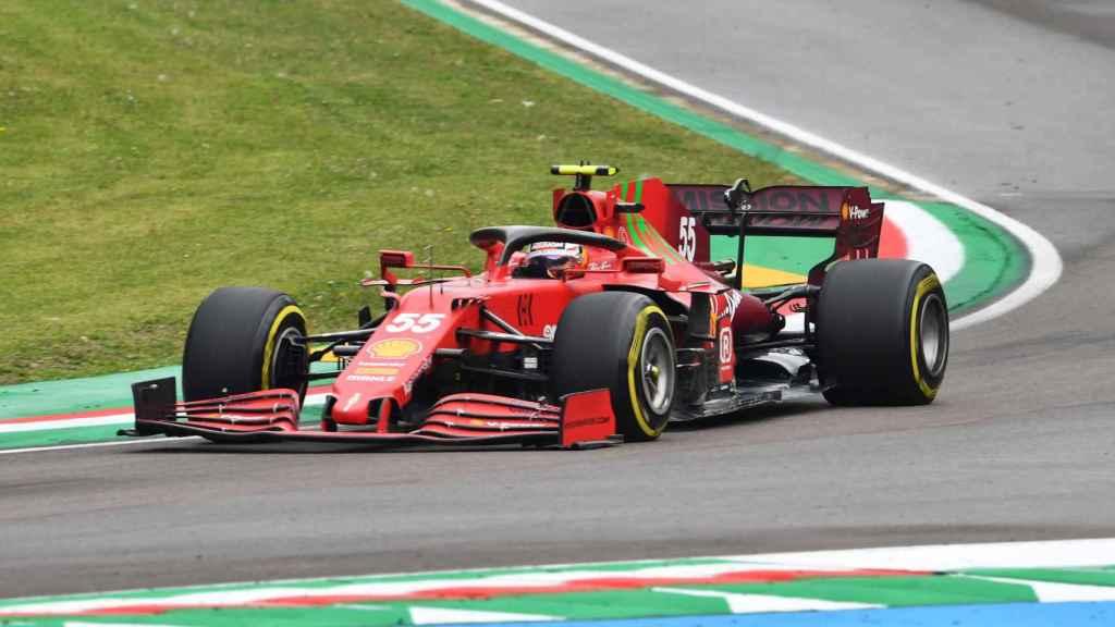 Carlos Sainz en el circuito de Imola con el SF21