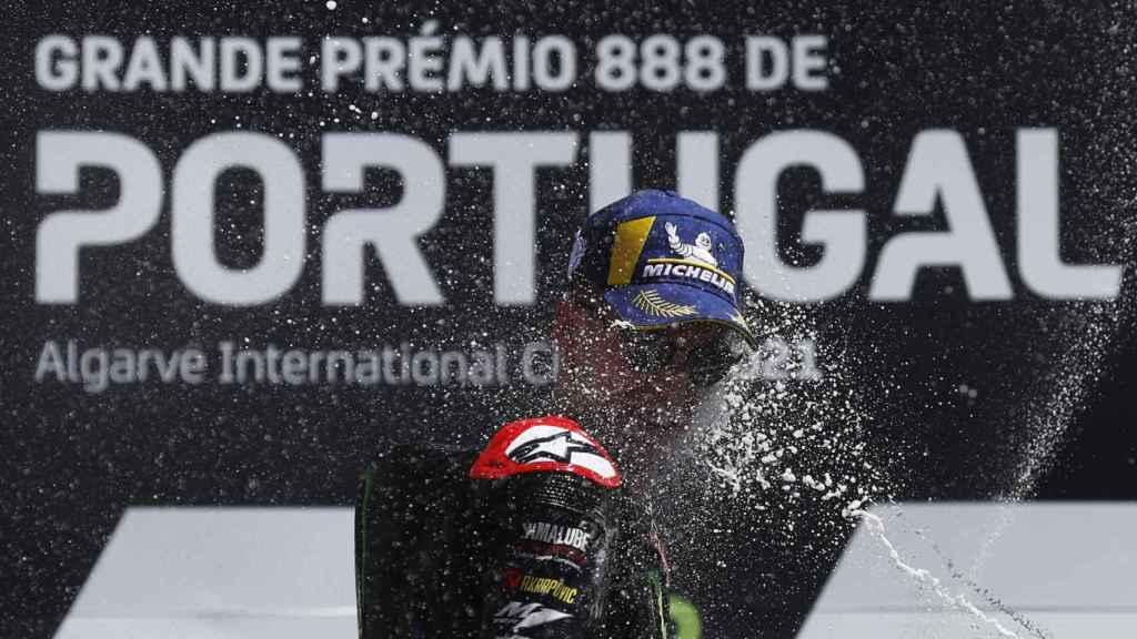 Fabio Quartararo es empapado con champán, en el podio del Gran Premio de Portugal.