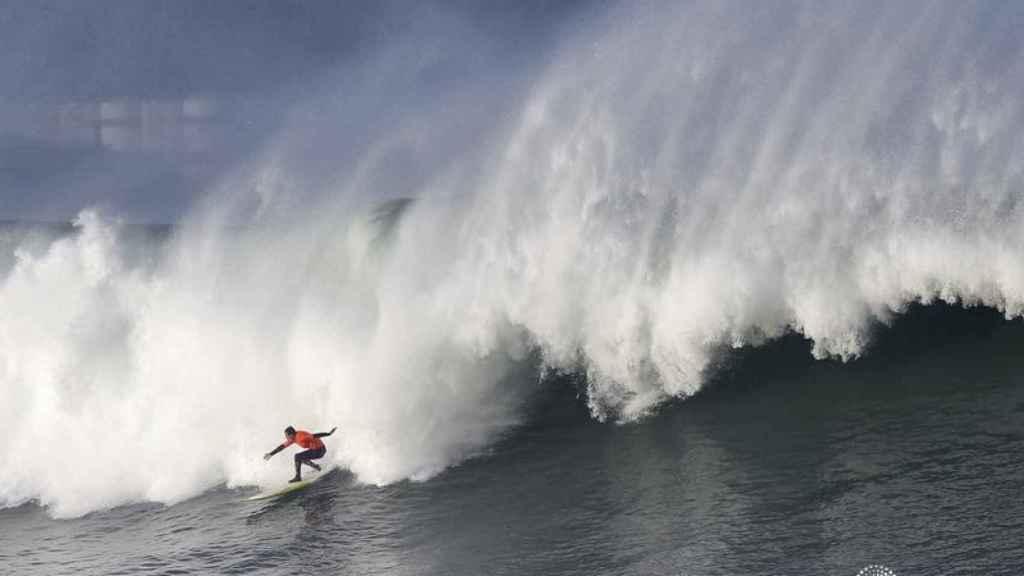 Imagen de un surfista cabalgando las olas, no el protagonista de la noticia