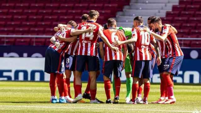 Piña de los jugadores del Atlético de Madrid previa al partido