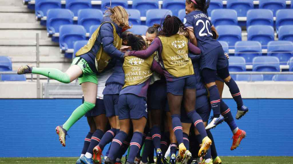 Piña de las jugadoras del PSG para celebrar su pase a semifinales de la Women's Champions League