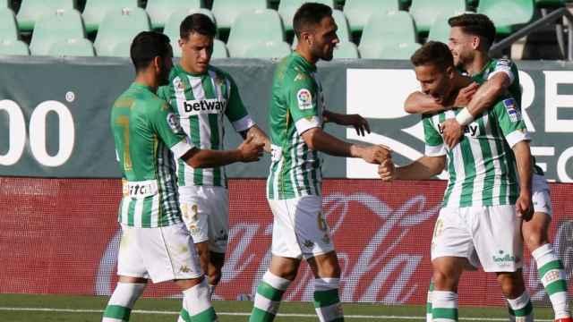 Los jugadores del Betis celebran el gol de Sergio Canales al Valencia