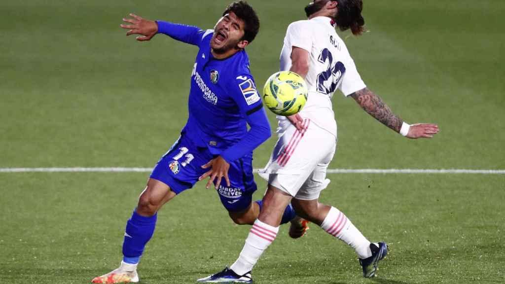 Carles Alena choca con Isco en un ataque del Getafe