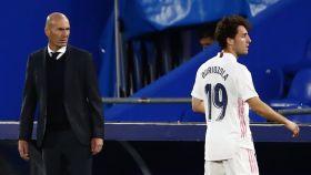 Zidane mira a Odriozola mientras se prepara para un saque de banda
