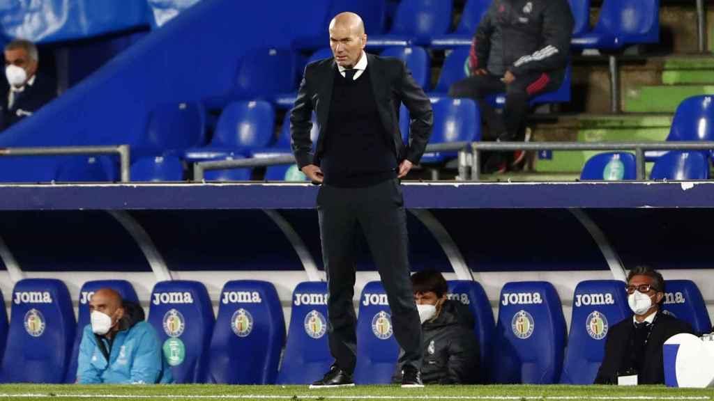 Zinedine Zidane, en la banda siguiendo el Getafe - Real Madrid