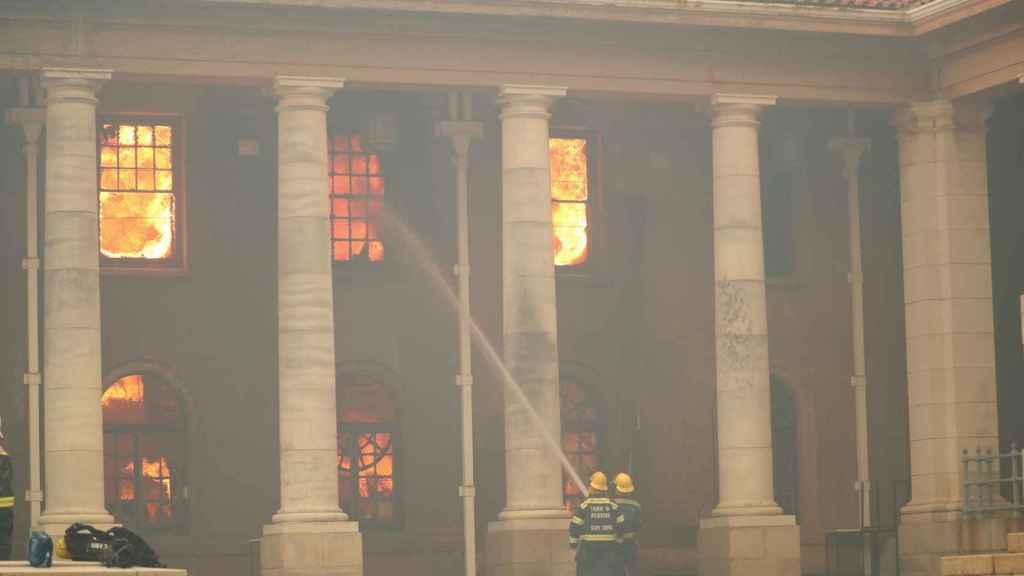 Los bomberos tratan de sofocar el incendio en la Universidad de Ciudad del Cabo.