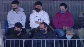 Jorge Messi, a la derecha en la parte inferior, y Rodrigo Messi, a la izquierda, en el Mini Estadi viendo al Barça B