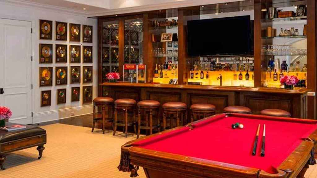 Bar area and games room located in the basement.