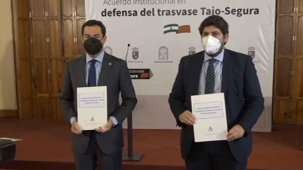 Los presidentes murciano y andaluz mostrando el acuerdo institucional.