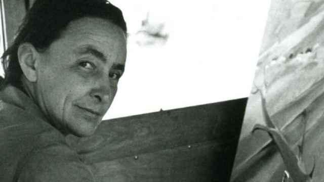 Georgia O'Keeffe junto a un lienzo.