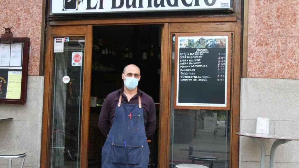 Emidio, frente a su establecimiento El Burladero.