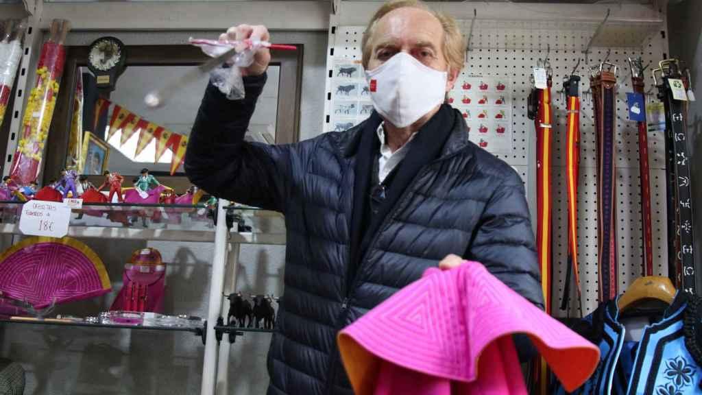 Enrique, con el estoque, en su tienda ZiNGS.