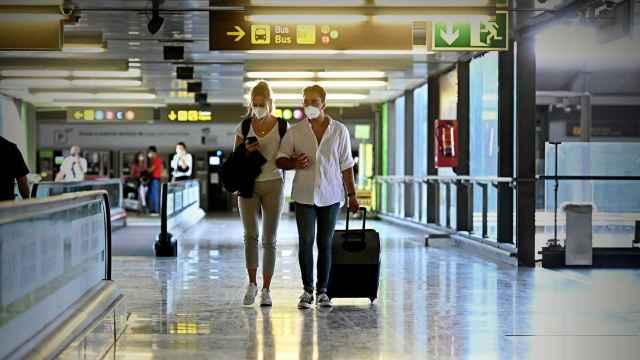 Unos viajeros llegan al aeropuerto de Madrid, en imagen de archivo.
