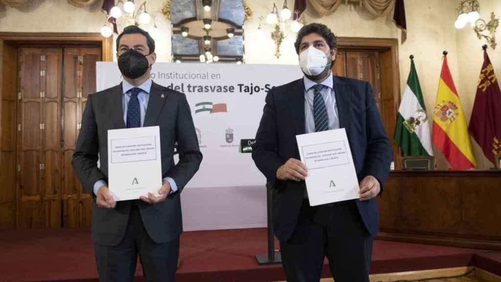 Los presidentes de la Junta de Andalucía y de la Región de Murcia, tras la firma de la declaración institucional en defensa del trasvase Tajo-Segura.