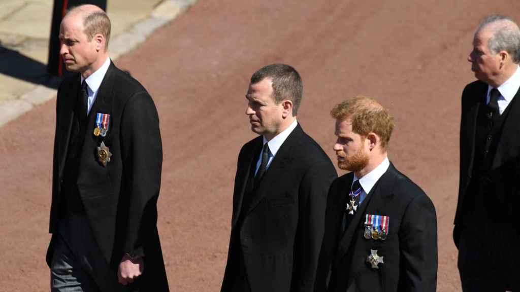Guillermo, Peter Phillips y Harry en el funeral del duque de Edimburgo.