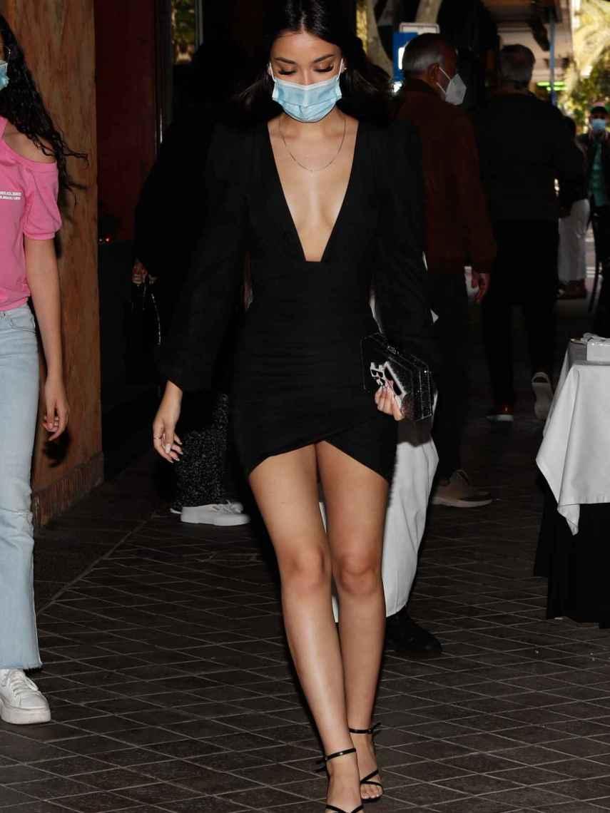 Julia Janeiro apostó por un ceñido vestido con pronunciado escote.