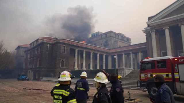 Un incendio destruye edificios de la histórica Universidad de Ciudad del Cabo