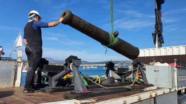 Una de las dos piezas de artillería recuperadas en las inmediaciones de cabo Corrubedo.