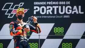 Pedro Acosta con su título ganado en el Gran Premio de Portugal
