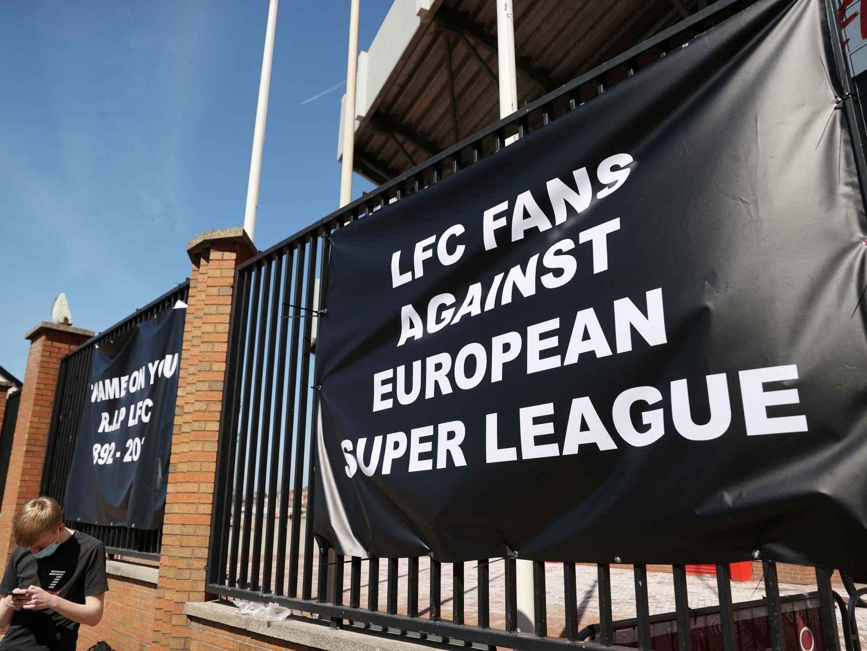 """Aficionados del Liverpool protestan contra la Superliga Europea: """"RIP Fútbol"""""""
