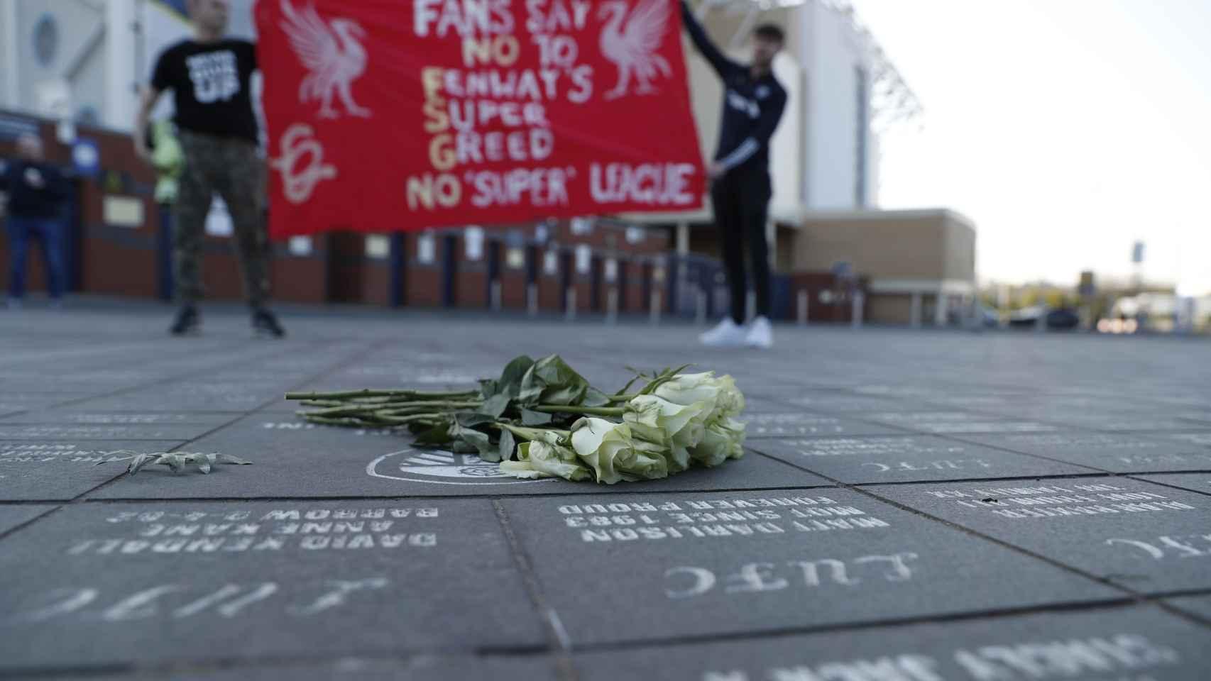 Pancarta de los fans del Liverpool en contra de la Superliga Europea