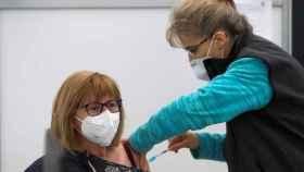 Una mujer recibe una dosis de la vacuna de AstraZeneca.