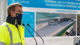 El presidente de la Xunta de Galicia, Alberto Núñez Feijóo, durante su visita a las obras de la nueva terminal de autobuses intermodal que se construye al lado de la nueva estación del Ave de Vigo.