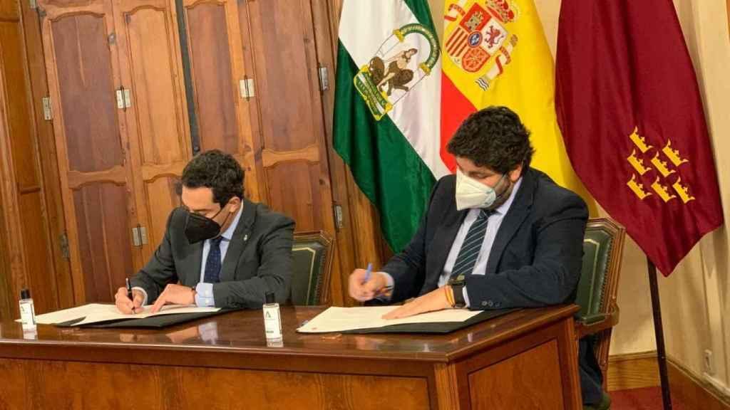 Los presidentes de Murcia y Andalucía firmando la declaración institucional en defensa del Trasvase Tajo-Segura.