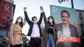 Edmundo Bal, con Inés Arrimadas y Begoña Villacís, en un acto de campaña.
