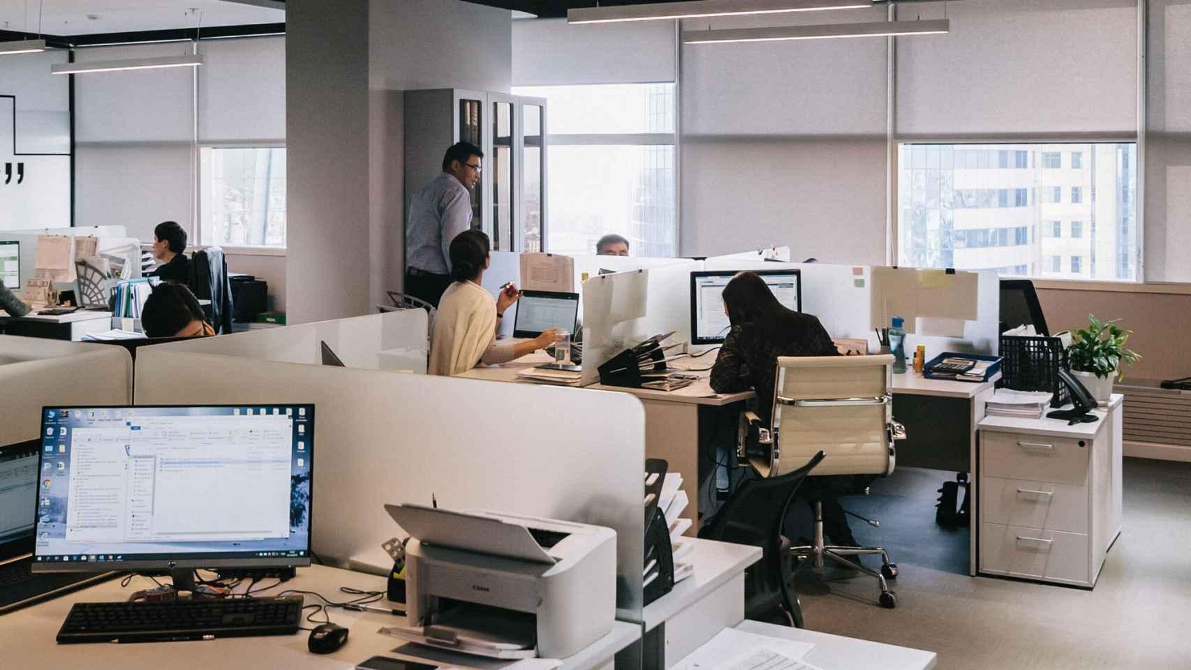 Una oficina con puestos de trabajo conectados.