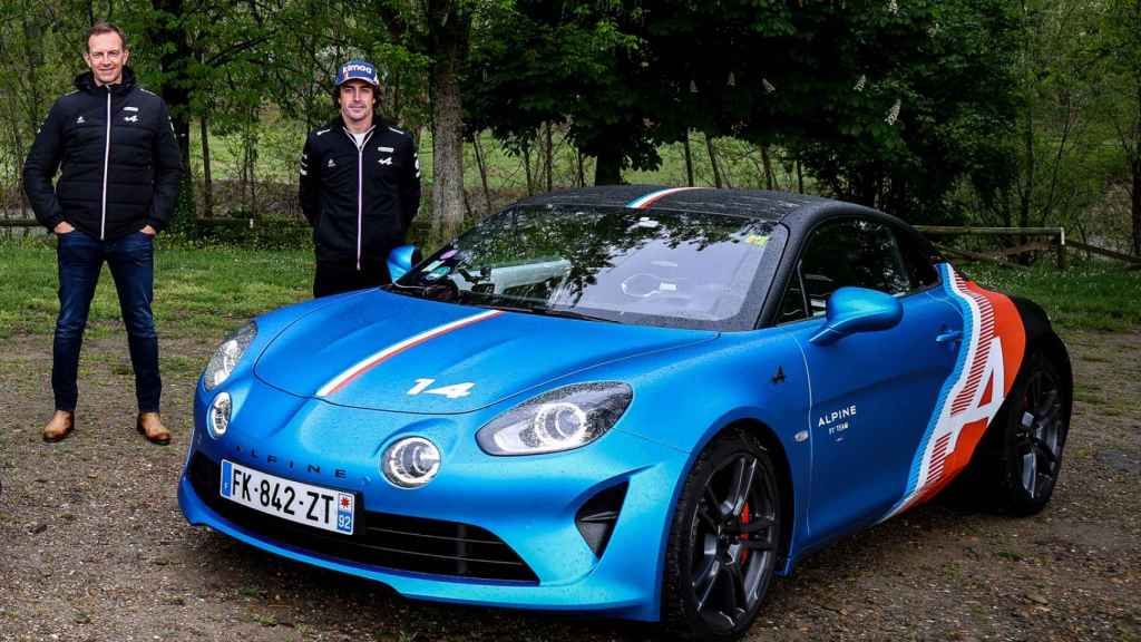 Fernando Alonso junto Laurent Rossi, director general de Alpine, con un A110 Trackside.