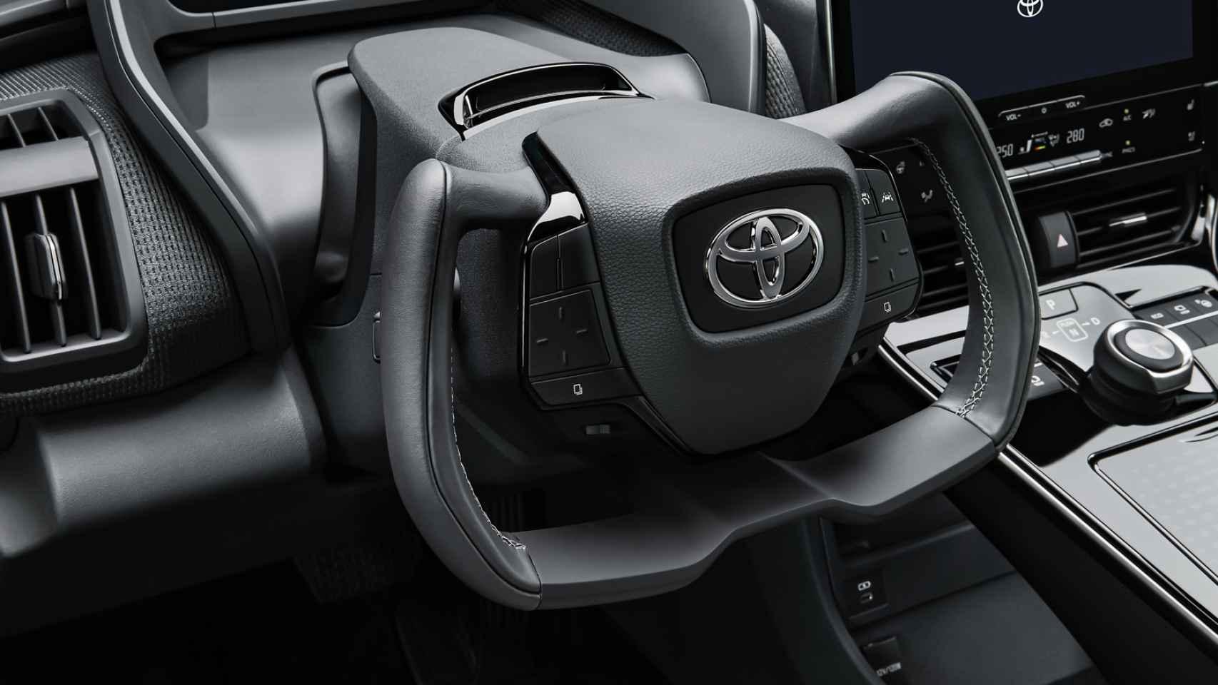 Así será el volante (cortado por la mitad) de tu próximo coche: Toyota, Lexus y Tesla ya lo tienen