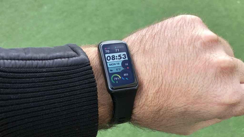 Así es la Huawei Band 6, una pulsera inteligente con una gran pantalla.