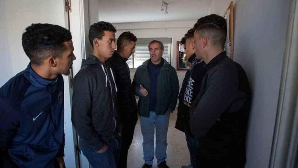 Inmigrantes que dejan el centro de acogida.