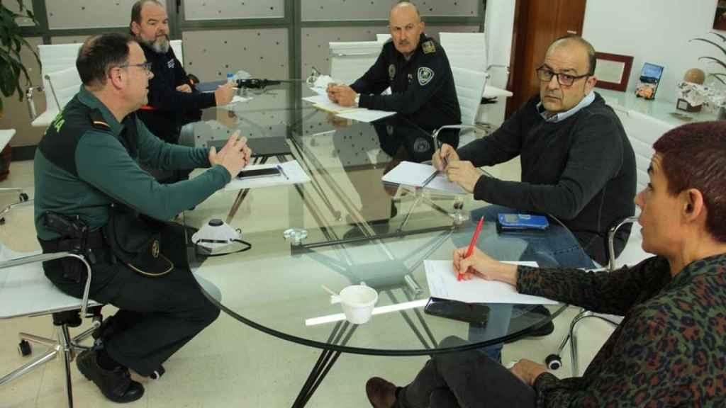 Miembros de las Fuerzas de Seguridad reunidos con la alcaldesa de Beniel, Maricarmen Morales.