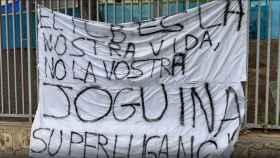 La pancarta contra la Superliga Europea en los alrededores del Camp Nou