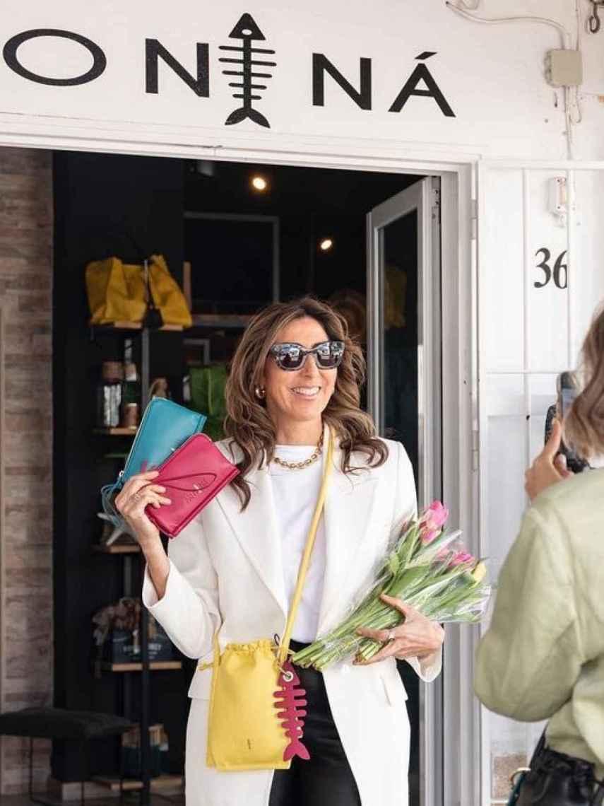 Paz Padilla, presumiendo de sus bolsos y carteras a las puertas de No Ni Na, en Zahara de los Atunes.