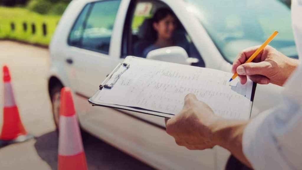 La DGT multará a los alumnos que hagan trampas en los exámenes de conducir.