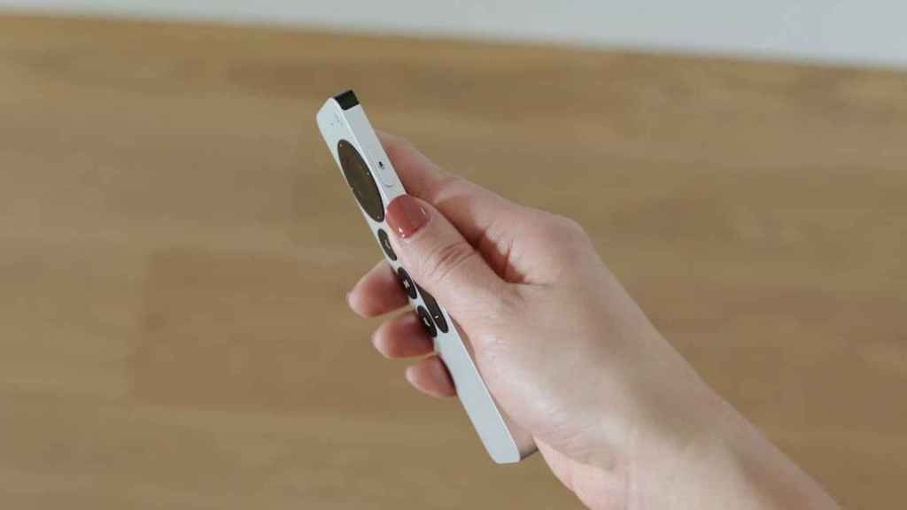 El botón para lanzar comandos de voz recuerda al del iPhone