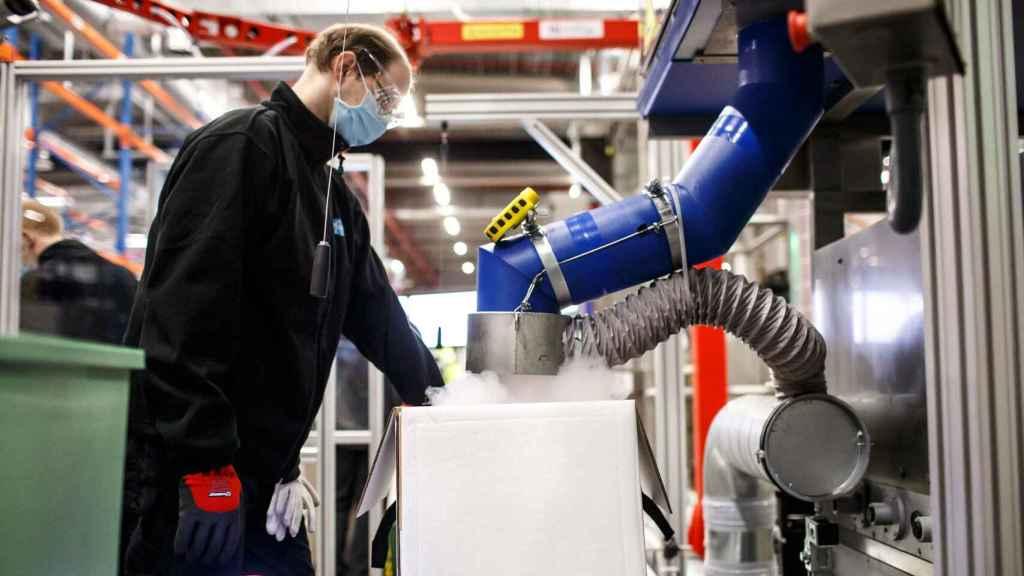 Un trabajador preparando uno de los envíos de vacunas contra la Covid.