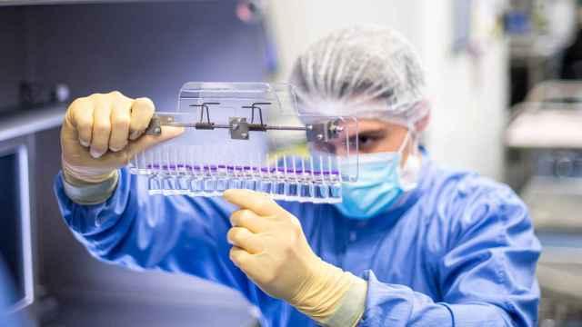 Un trabajador revisa varios viales de la vacuna contra la Covid.
