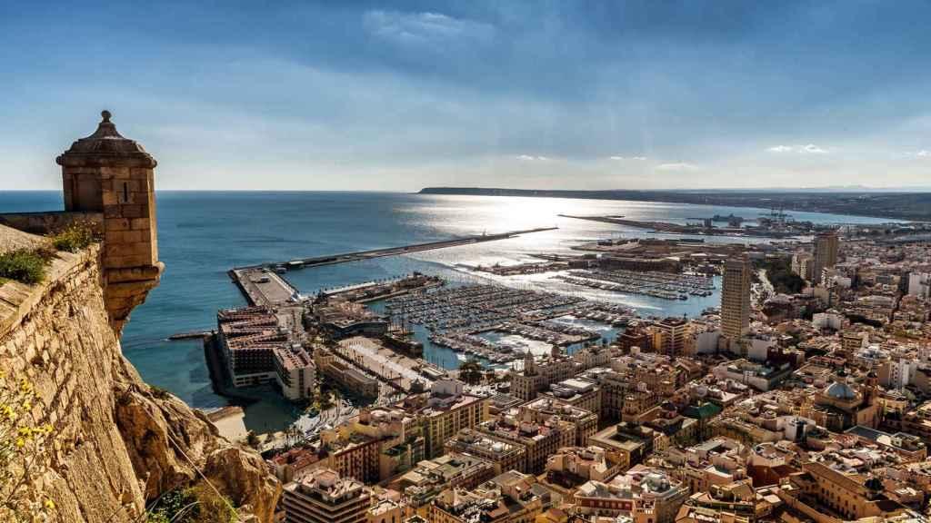 Panorámica del puerto deportivo de Alicante, integrado en su núcleo urbano.